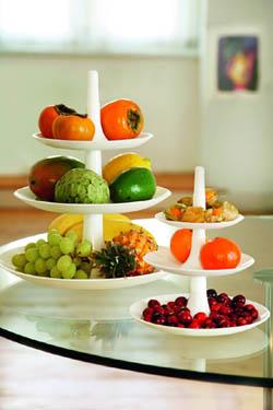Miljöbild på vitt fruktfat och vitt kakfat.